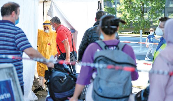 德國從8月起施行入境普篩,要求自風險地區前往德國的旅客,必須接受強制篩檢。結果超負荷工作量拖垮該國檢測實驗室。(Sascha Schuermann/Getty Images)