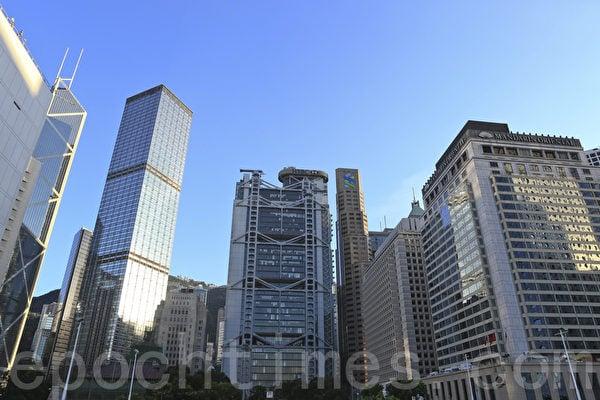 盧俊宇表示,銀行不僅會暫停受制裁人士的信用卡業務,亦包括強積金戶口。圖為香港中環。(大紀元資料室)