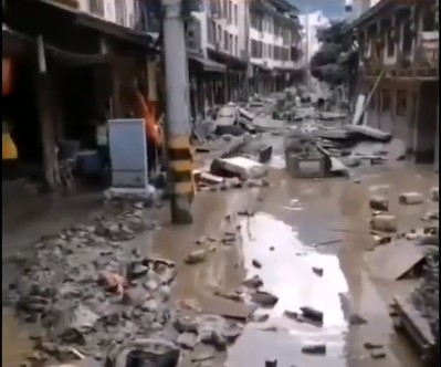8月17日,甘肅隴南地區爆發了百年一遇的泥石流,一些地區的損失比5.12汶川地震時還要嚴重。(視頻截圖)