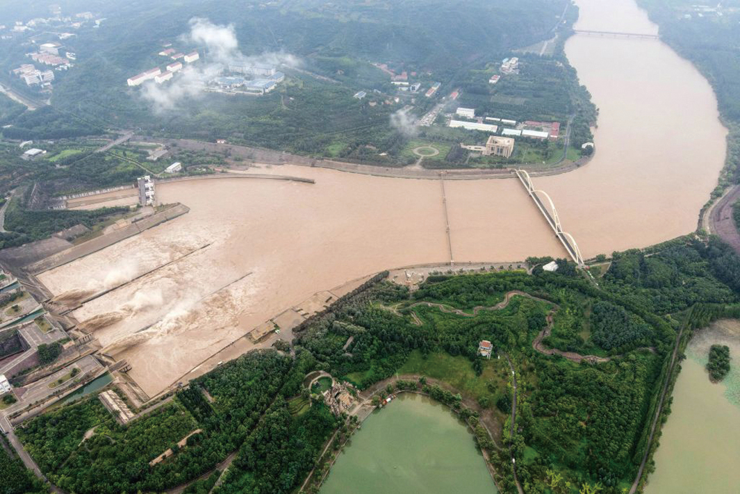 圖為,2020年7月19日航拍照片顯示,中國河南省洛陽市小浪底水庫大壩釋放的水,為即將到來的黃河流域年度汛期做準備。(AFP)