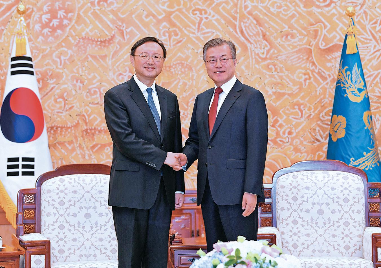 2018年3月30日中央外事辦主任楊潔篪(左)訪問韓國首爾,與韓國總統文在寅會晤。(Getty Images)