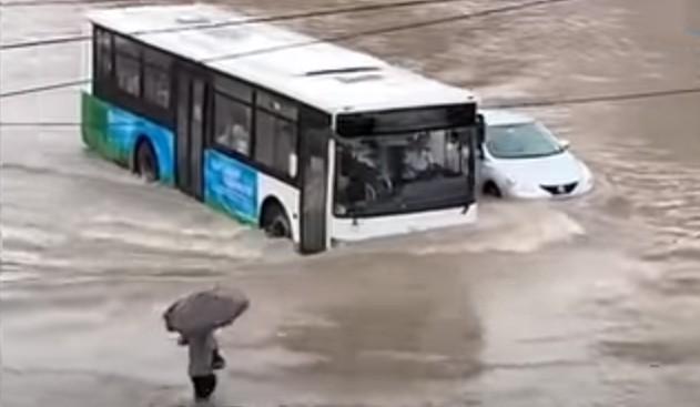 8月26日受颱風「巴威」影響,山東青島突降暴雨,路面積水嚴重。(網絡視頻截圖)