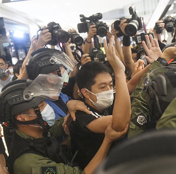 █ 7.21一周年當天元朗站,防暴警察 衝出封鎖線強搶許智峯的麥克風後, 再以阻差辦公罪名拘捕他。( 大紀元 資料圖片)