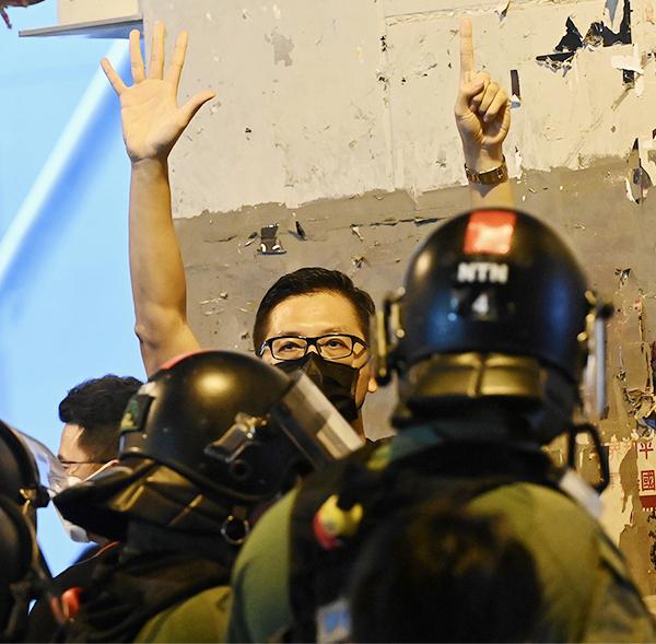 █ 7.21一周年當天,林卓廷到元朗站 欲開記者會控訴警方包庇兇徒,遭過 百防暴警員一湧而上包圍,指其涉違 反限聚令遭票控。(大紀元資料圖片)