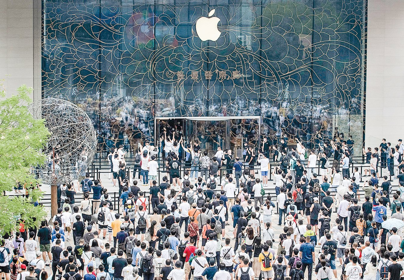 2020年7月17日,北京新開的蘋果手機店門前,大批客戶在門口排隊等待。(Kevin Frayer/Getty Images)