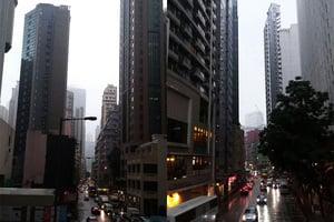 黃色暴雨警告信號生效 下午有狂風雷暴
