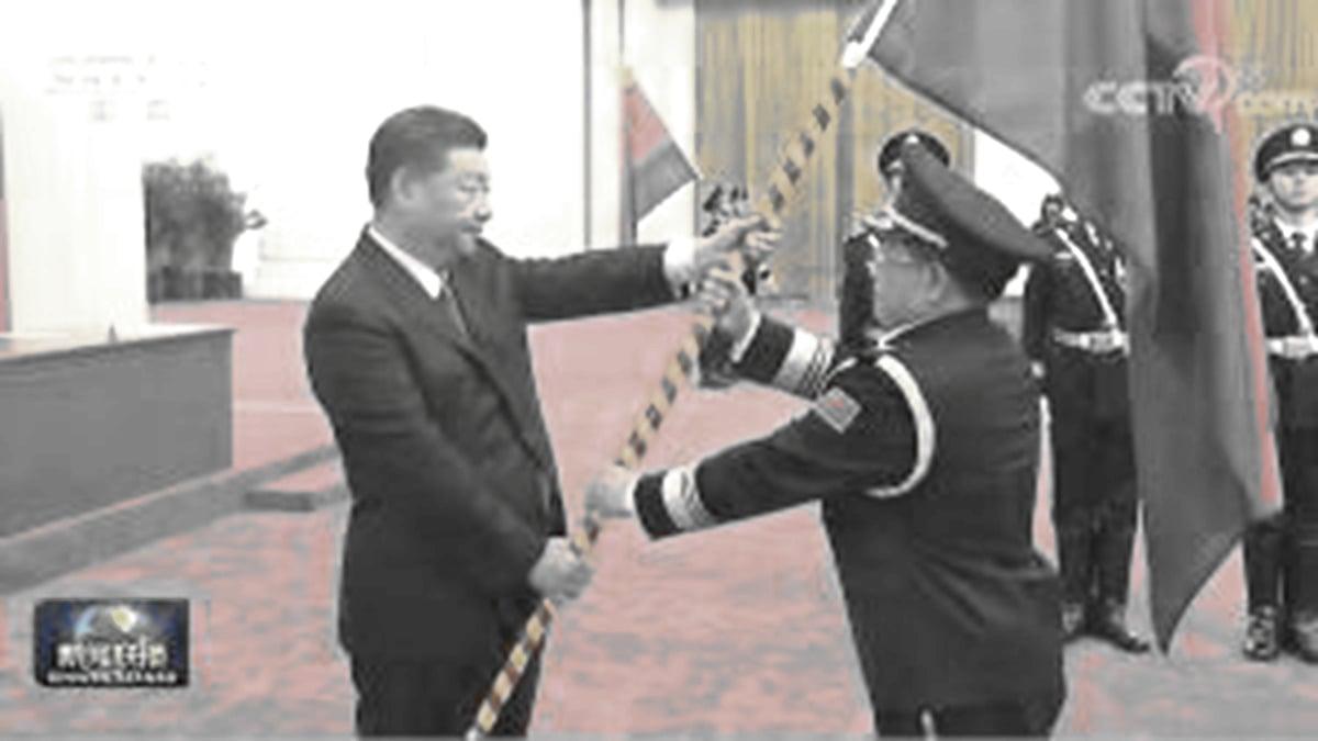 習近平2020年8月26日在北京大會堂授旗給中共警察。(影片截圖)