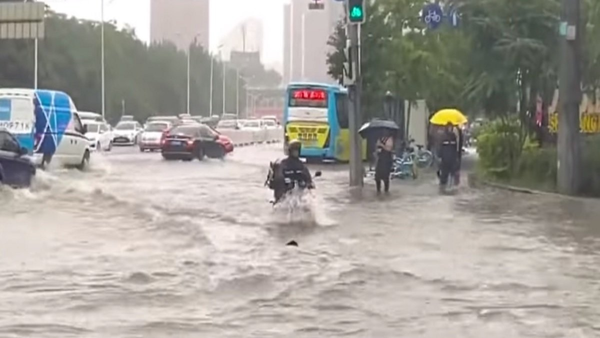 受颱風「巴威」影響,多個地方淹水如汪洋。(影片截圖)
