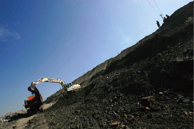 內蒙古涉煤腐敗窩案被引爆,習近平當局要求「倒查20年」。半年來近30名高官落馬。圖為內蒙古的煤礦。(Getty Images)
