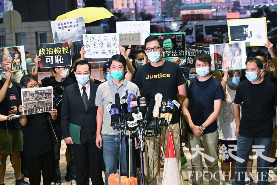8月27日,林卓廷、許智峯等7人終獲保釋。(宋碧龍/大紀元)