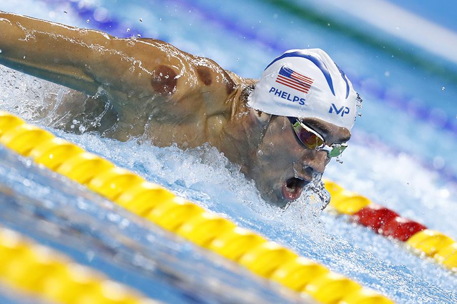 8月8日,美國泳壇名將菲利普斯在里約奧運會上參加200米男子蝶泳時,右肩上明顯可見的兩個紫色拔罐印。(ODD ANDERSEN/AFP/Getty Images)