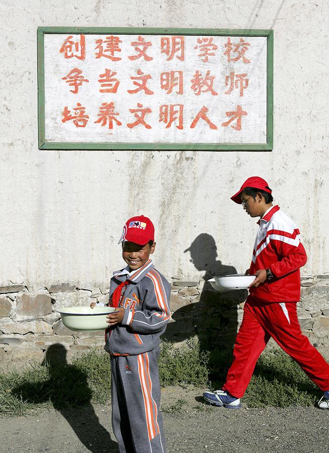 █ 圖為西藏日喀則一間學校牆上 的中文宣傳標語。(China Photos/ Getty Images)