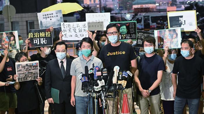 民主黨立法會議員林卓廷和許智峯等16人前日被捕,他們兩日首次提堂後獲准保釋。(宋碧龍/大紀元)