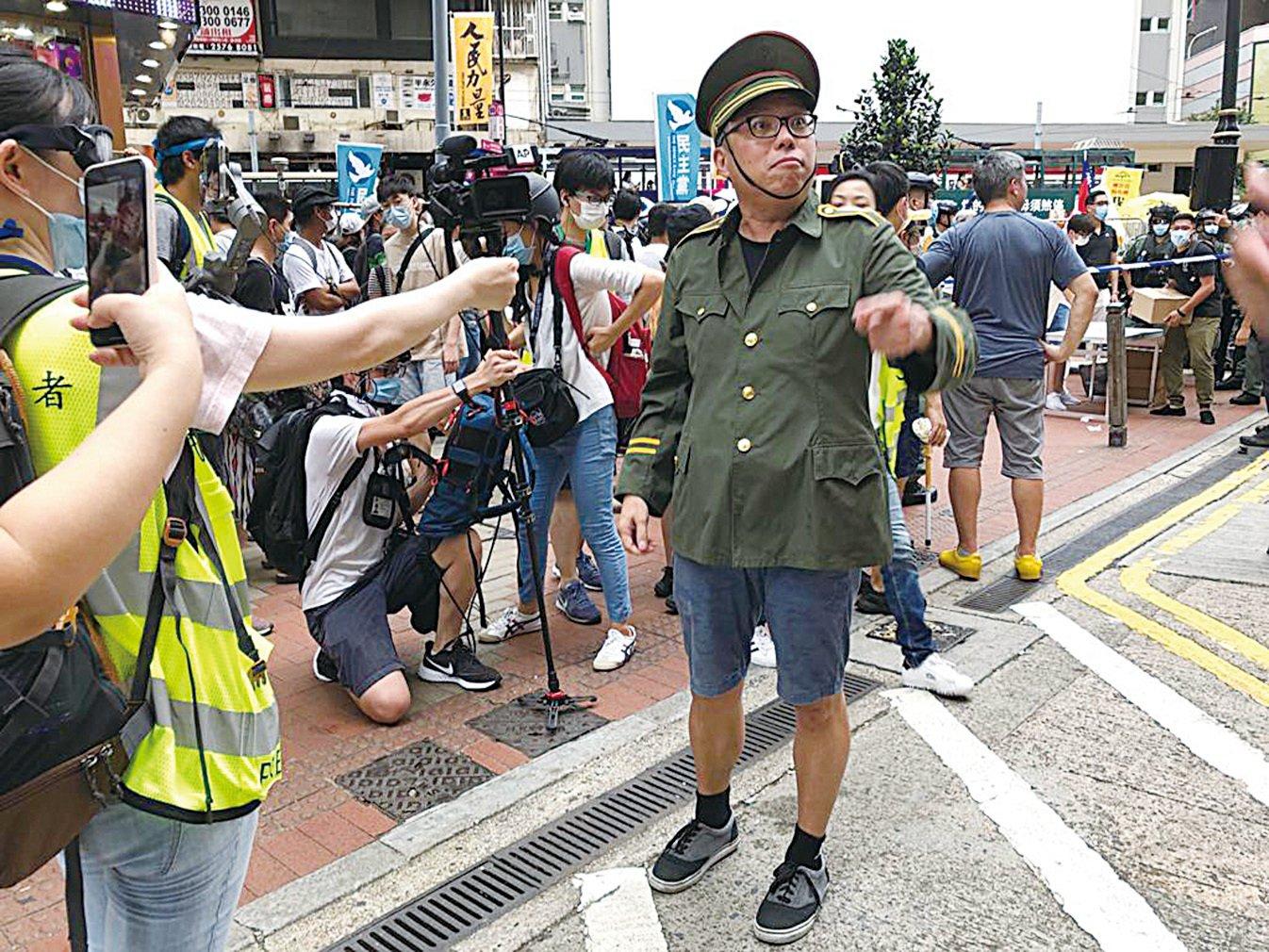 2020年7月1日,香港民陣號召群眾七一大遊行,人民力量成員譚得志(快必)在銅鑼灣街站以公安造形現身。(張曉慧/大紀元)