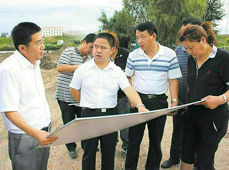 2012年8月李傳良(右三)與田錦霞(右一)於雞西市市民公園維修、改造現場勘查。(李傳良提供)