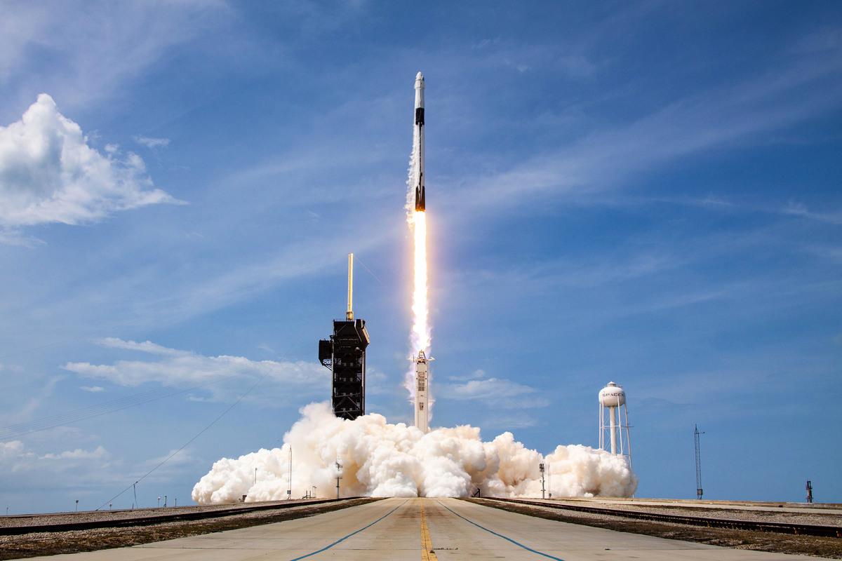 SpaceX可能會因為其老闆馬斯克(Elon Musk)旗下的特斯拉(Tesla)接受中共國有銀行貸款,而無緣美國太空總署(NASA)的承包合約。圖為今年5月30日,SpaceX的Falcon-9火箭和載人飛船從佛羅里達州卡納維拉爾角發射升空,將太空人送往國際太空站。(SpaceX/Getty Images)
