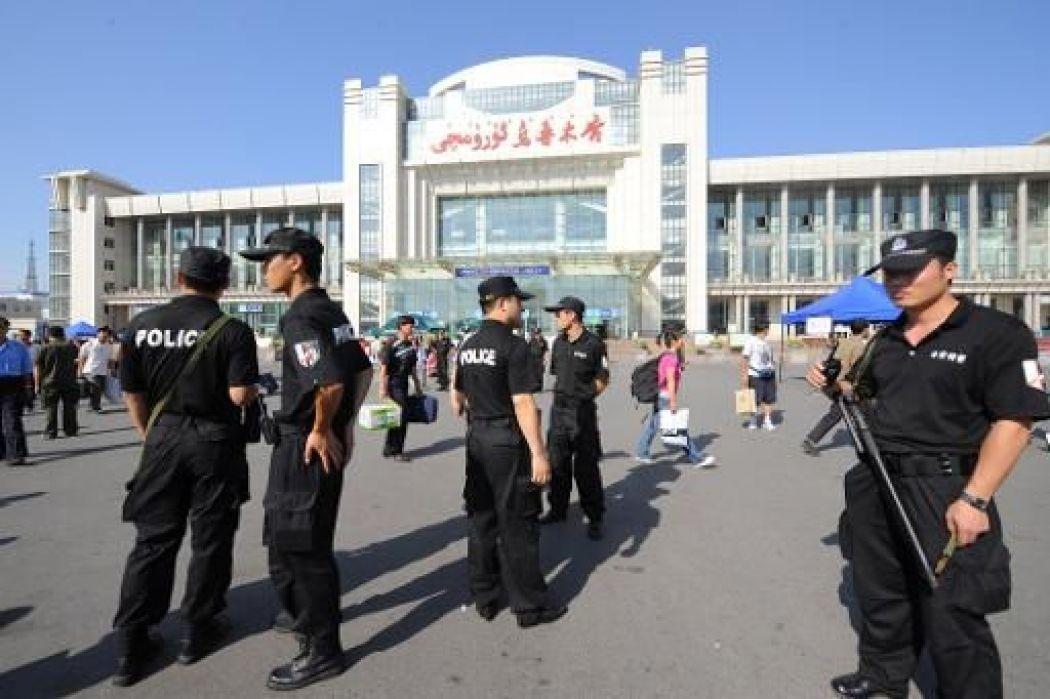 圖為烏魯木齊火車站前的大量特警。(AFP)