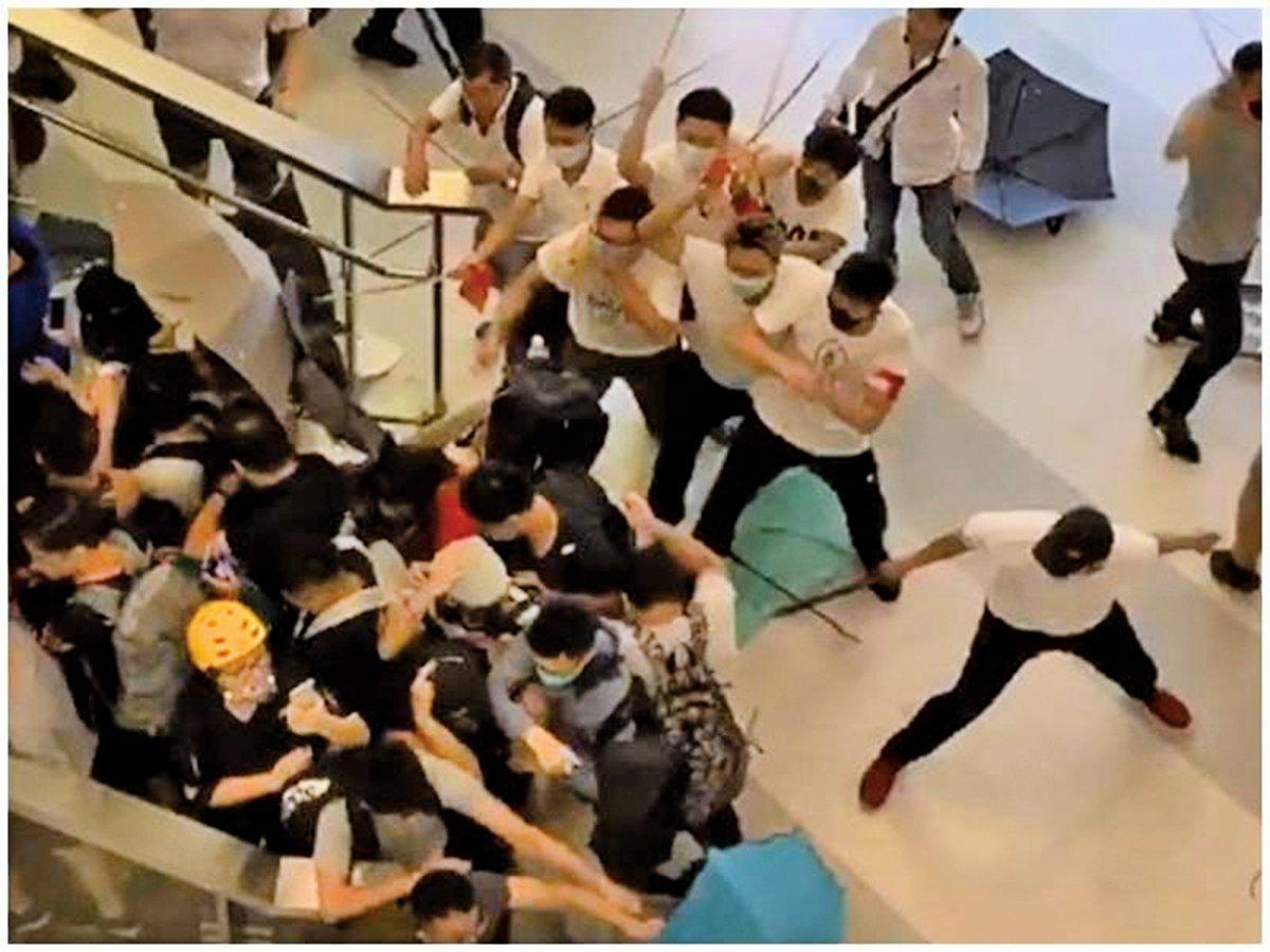 2019年7月21日,香港元朗發生一群白衣人暴力攻擊反送中示威者,連一般市民也不放過的事件,引發外界質疑「黑警一家親」、「縱容黑幫」!(視頻截圖)