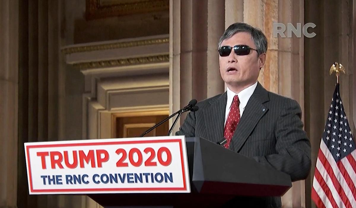 旅居美國的中國知名維權律師陳光誠,因8月26日在美國共和黨全國代表大會上發言,揭露中共的罪惡並力挺特朗普總統連任,而引起一些民運人士批評。圖為陳光誠當時在演講。(2020 RNC / Getty Images)