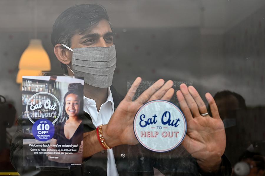 2020年8月,英國財長Rishi Sunak推出「Eat Out to Help Out」堂食半價優惠計劃,協助食肆經營回勇。圖為財長Rishi Sunak到訪蘇格蘭Rothesay小鎮的餐廳宣傳計劃及了解當地情況。(Jeff J Mitchell/Getty Images)