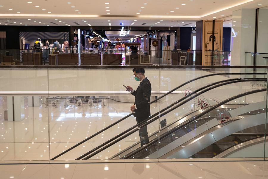 武漢肺炎衝擊下,失業率驚見6.2%,直逼1998年金融風暴時的6.4%,香港滿街「吉」舖,寫字樓工作同樣一職難求。6月整體零售銷售年比下跌24.8%,本港最大零售業協會估計,到年底將有15,000家零售店舖關閉。(Shutterstock)