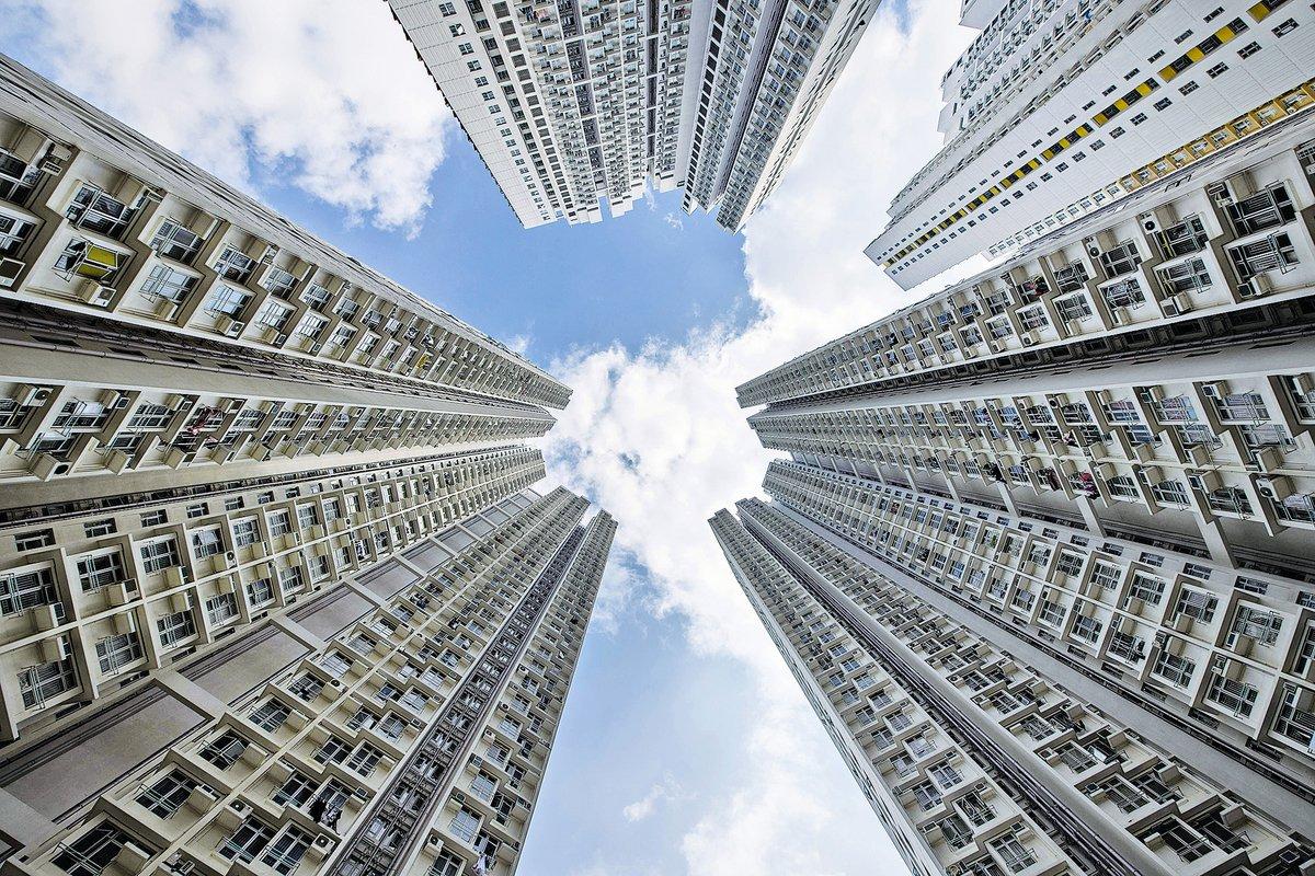 美聯料全年住宅樓市一手銷量跌19%,樓價升約3%至5%。圖為香港住宅樓。(ANTHONY WALLACE/AFP/Getty Images)