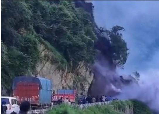 8月27日,四川冕寧縣境內248國道1,596公里處,發生山體巖石崩塌約10,000立方公尺。(網絡影片截圖)