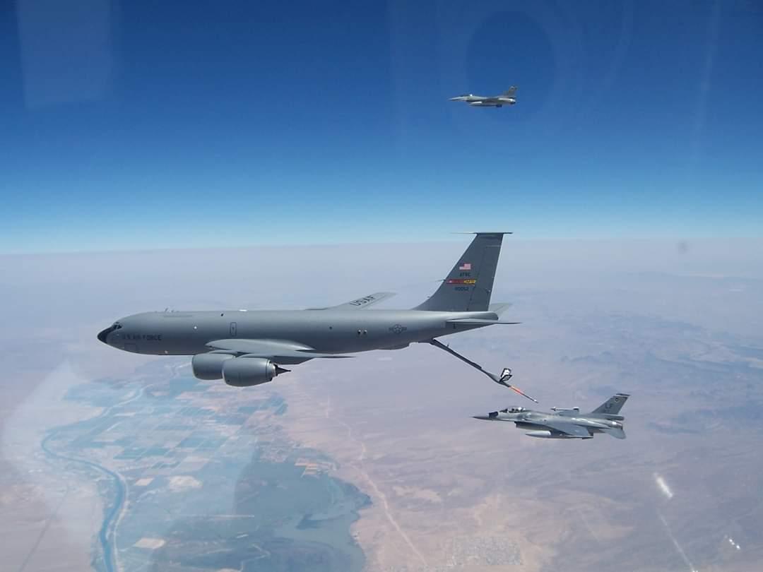 8月27日,美國在台協會的Facebook貼出台灣F-16戰機駕駛員在美國接受空中加油訓練的照片。(AIT Facebook)
