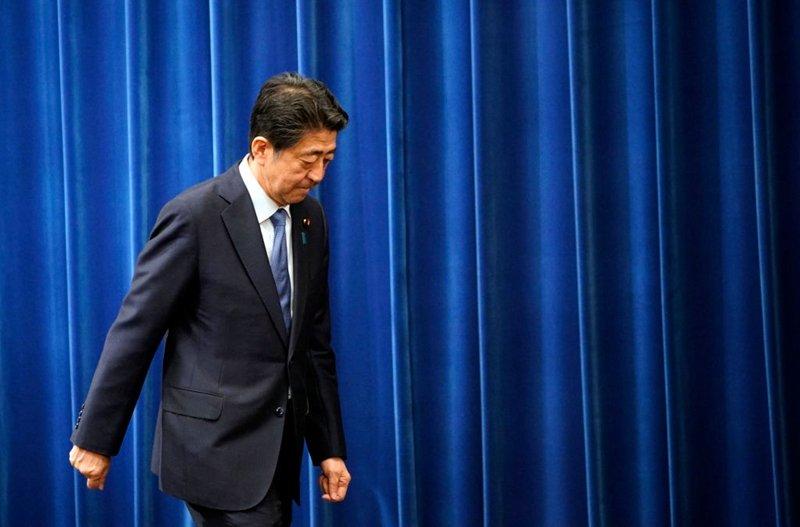 日本首相安倍晉三因健康原因突然宣佈辭職。接任安倍首相位置的人選備受關注。(Franck Robichon - Pool/Getty Images)