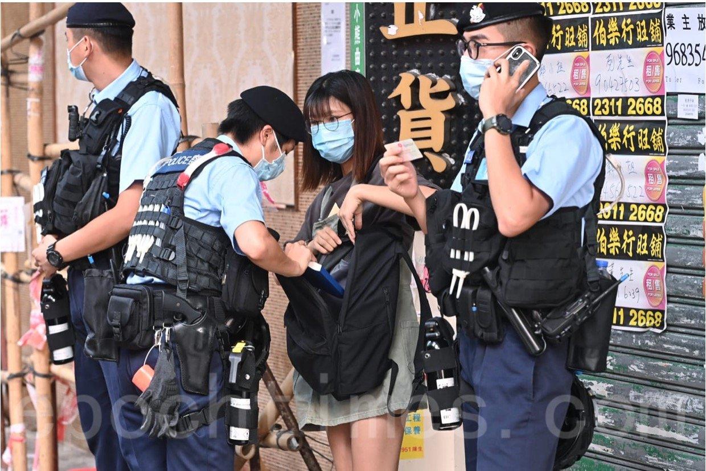 8月30日下午,亞皆老街有一年輕女性被搜查。(宋碧龍 / 大紀元)