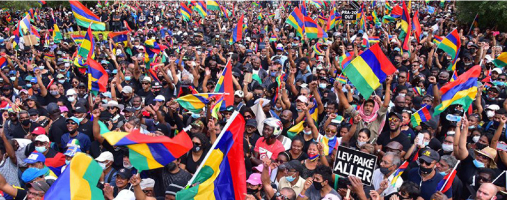 8月29日,高達7萬5千名抗議群眾聚集在首都路易港(Port Louis)市中心大教堂前廣場上抗議。(AFP)