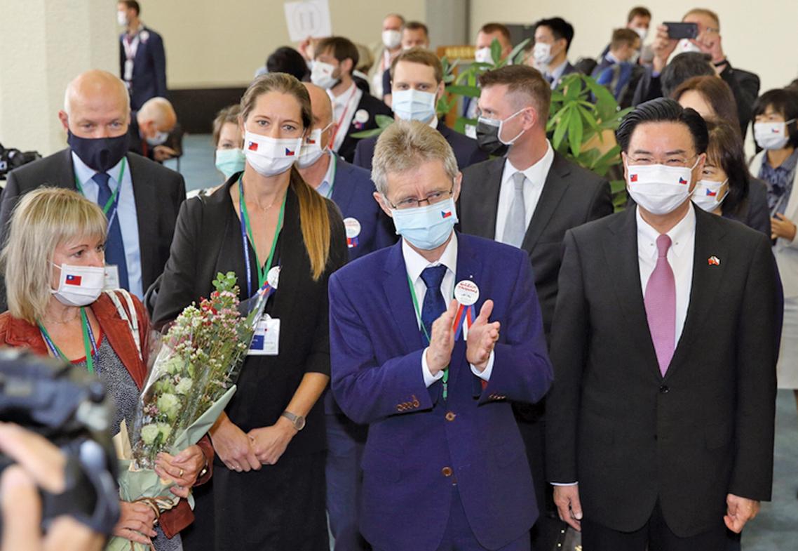 捷克參議院議長維特齊(Miloš Vystrčil)(右2)8月30日率團訪台,外交部長吳釗燮(右)到場迎接。(林仕傑/大紀元)
