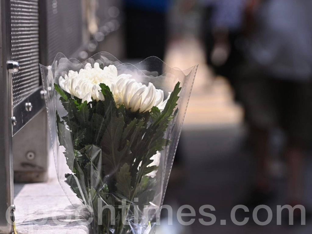 今日(31日)是8.31太子站一周年悼念日,中午1時,市民在港鐵太子站舉行「和你查詢-8.31太子站悼念」活動。多名市民前來太子站B出口獻花。(宋碧龍/ 大紀元)