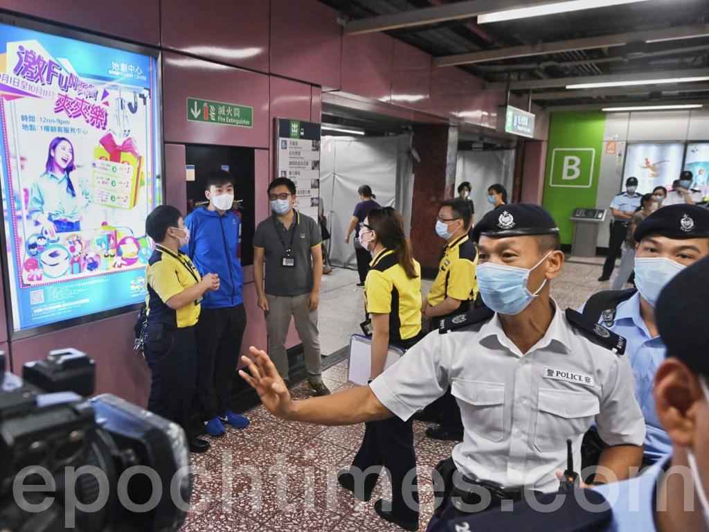 同來參與活動的Lunch哥David在太子地鐵站受港鐵員工和警方的包圍,隨後Lunch哥遭到港鐵票控。(宋碧龍 / 大紀元)