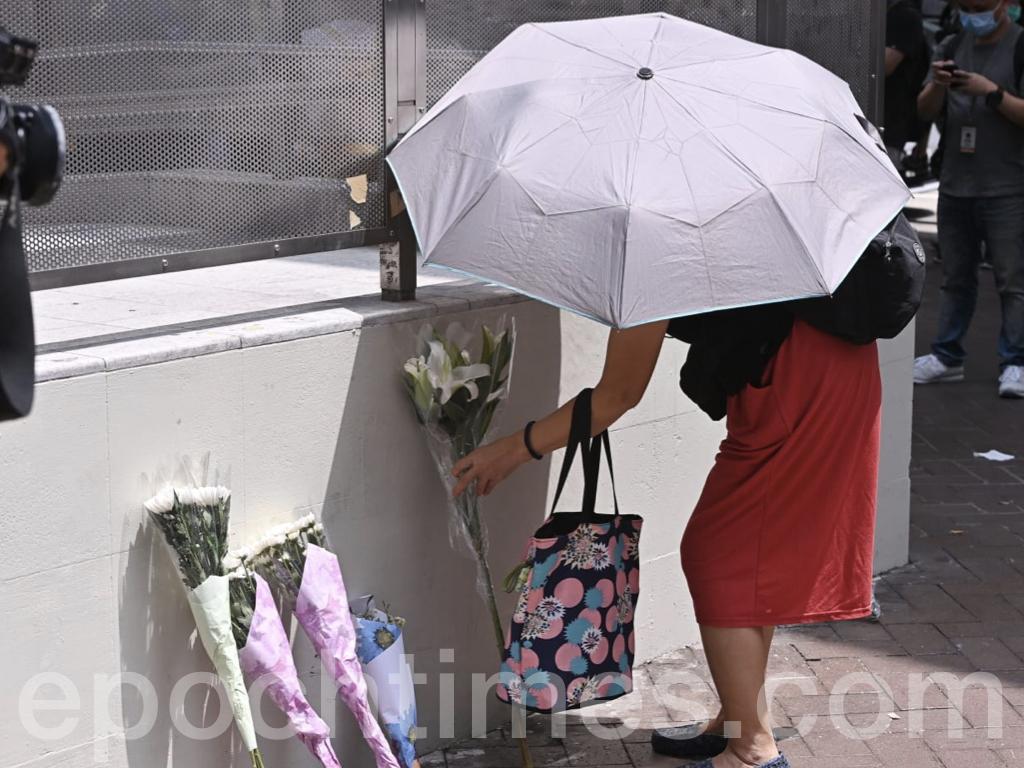 今日(31日)是8.31太子站一周年悼念日,中午1時,市民在港鐵太子站舉行「和你查詢-8.31太子站悼念」活動。多名市民前來太子站B出口獻花。(宋碧龍 /大紀元)
