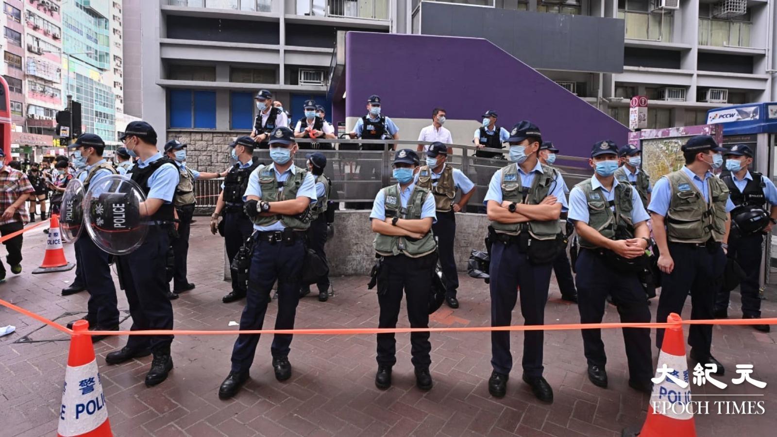 8月31日,軍裝警察出現在太子站「祭壇」附近,並設立封鎖線戒備。(宋碧龍/大紀元)