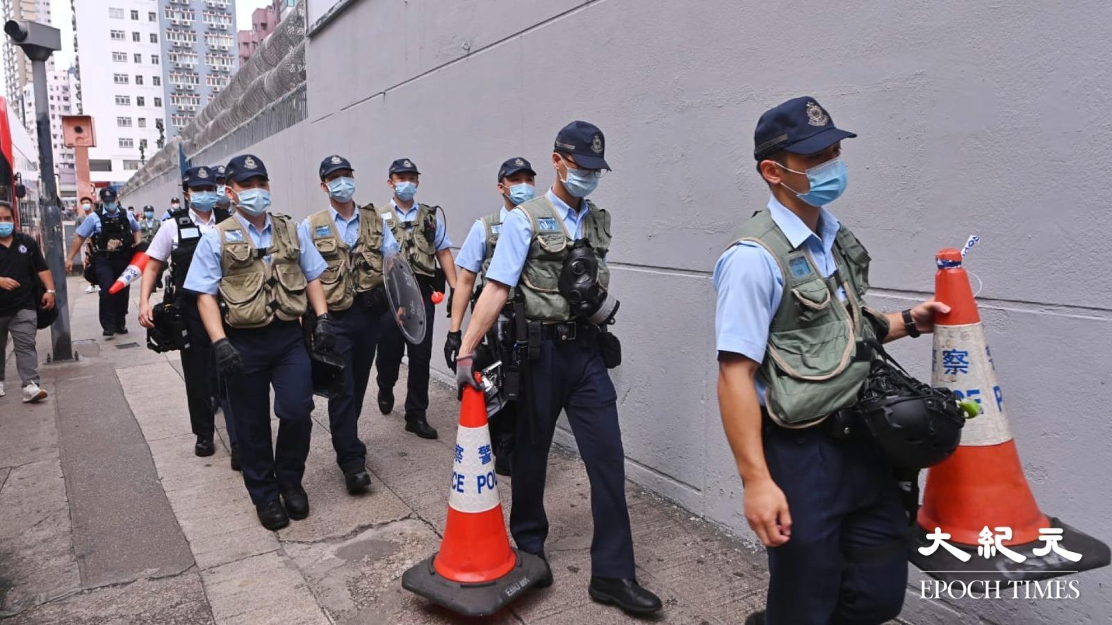 太子站外,民間常設「祭壇」的出口附近,警方設立封鎖線戒備。記者被要求離開通道。(宋碧龍/大紀元)