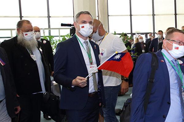 捷克參議院議長維特齊8月30日率團訪台,隨行的布拉格市長賀瑞普(中)揮舞中華民國國旗。(林仕傑/大紀元)