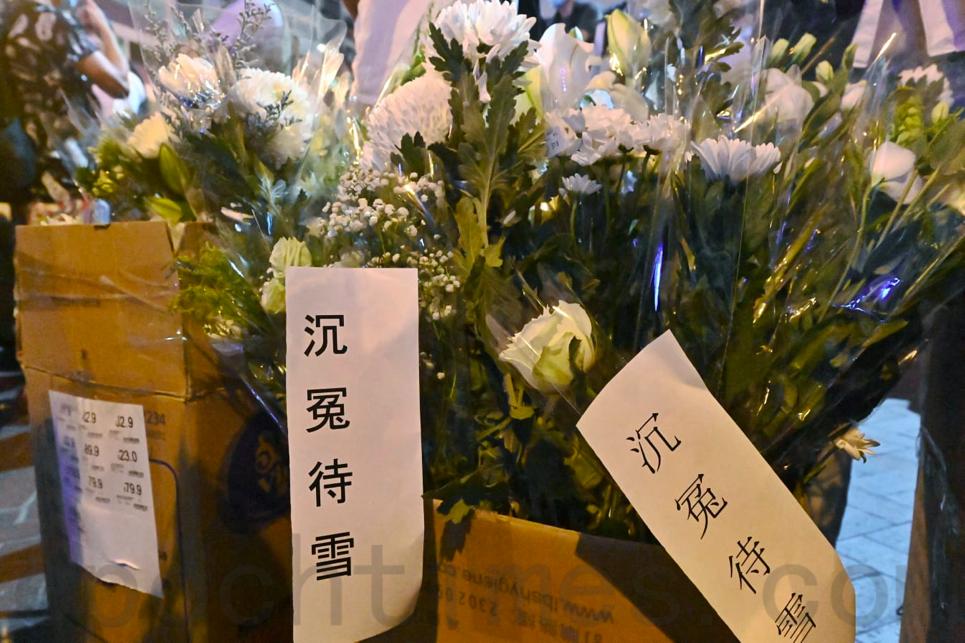 今日「831」周年紀念日,入夜後越來越多市民前往太子站獻花,紀念懷疑於去年太子站遇害的人士。(宋碧龍/大紀元)