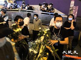 【圖片新聞】晚上大批港人到太子站外獻花 人龍排至旺角警署