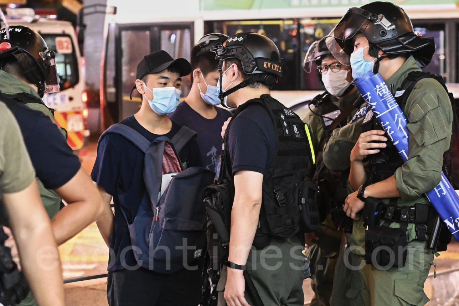 8月31日,有多名年輕人被警方截查。(宋碧龍/大紀元)