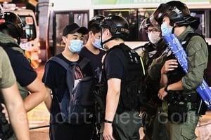 【圖片新聞】831事件一周年悼念 警方舉藍旗及紫旗警告並截查多人