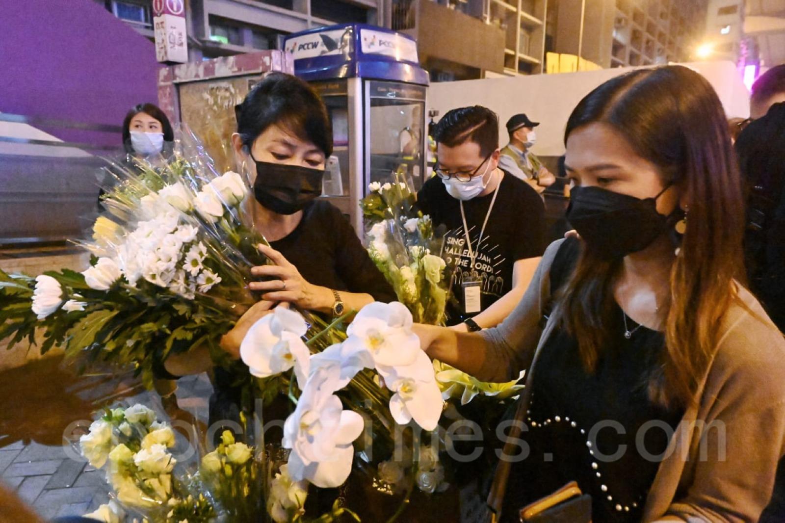 立法會議員毛孟靜到太子站幫忙整理花束。(宋碧龍/大紀元)