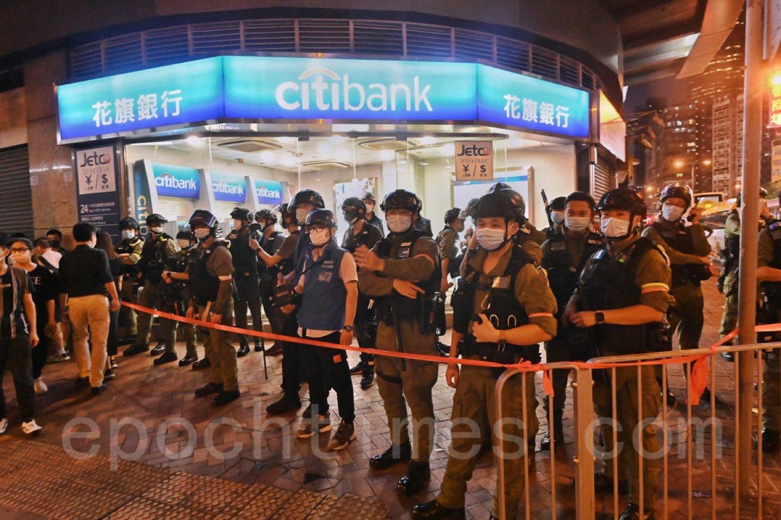 防暴警察在花旗銀行附近戒備。(宋碧龍/大紀元)
