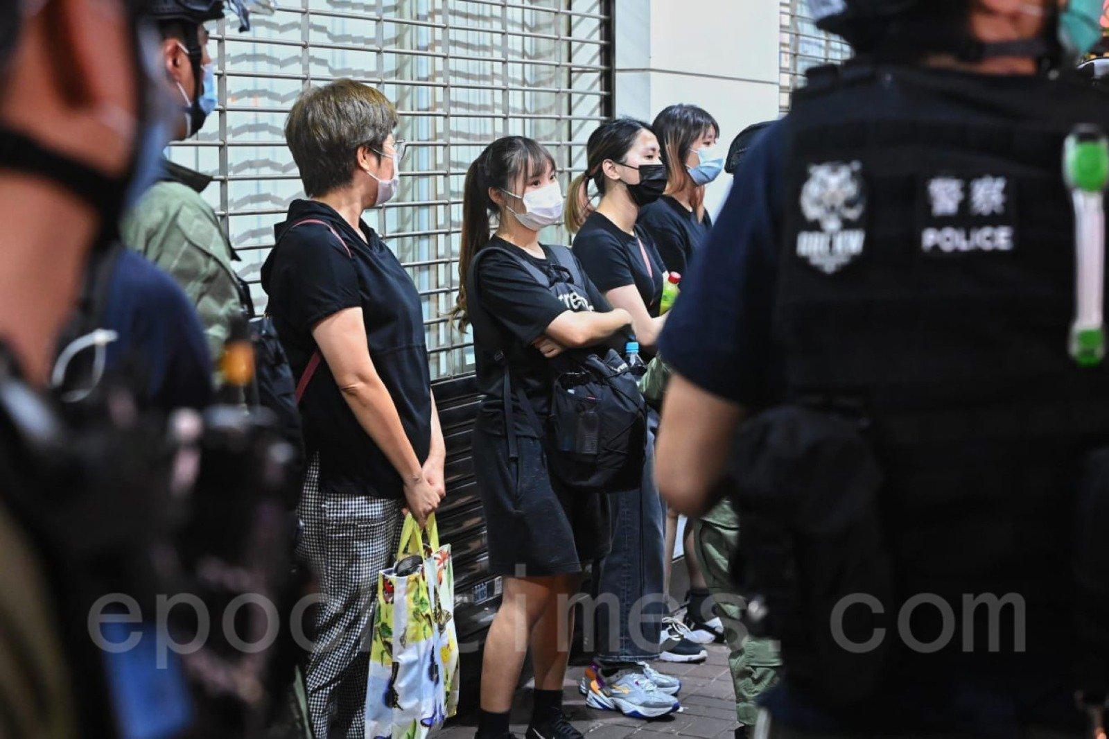 多名年輕人被警方截查。(宋碧龍/大紀元)