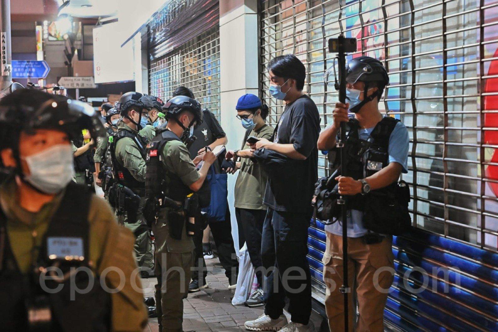 年輕人被警方截查。(宋碧龍/大紀元)