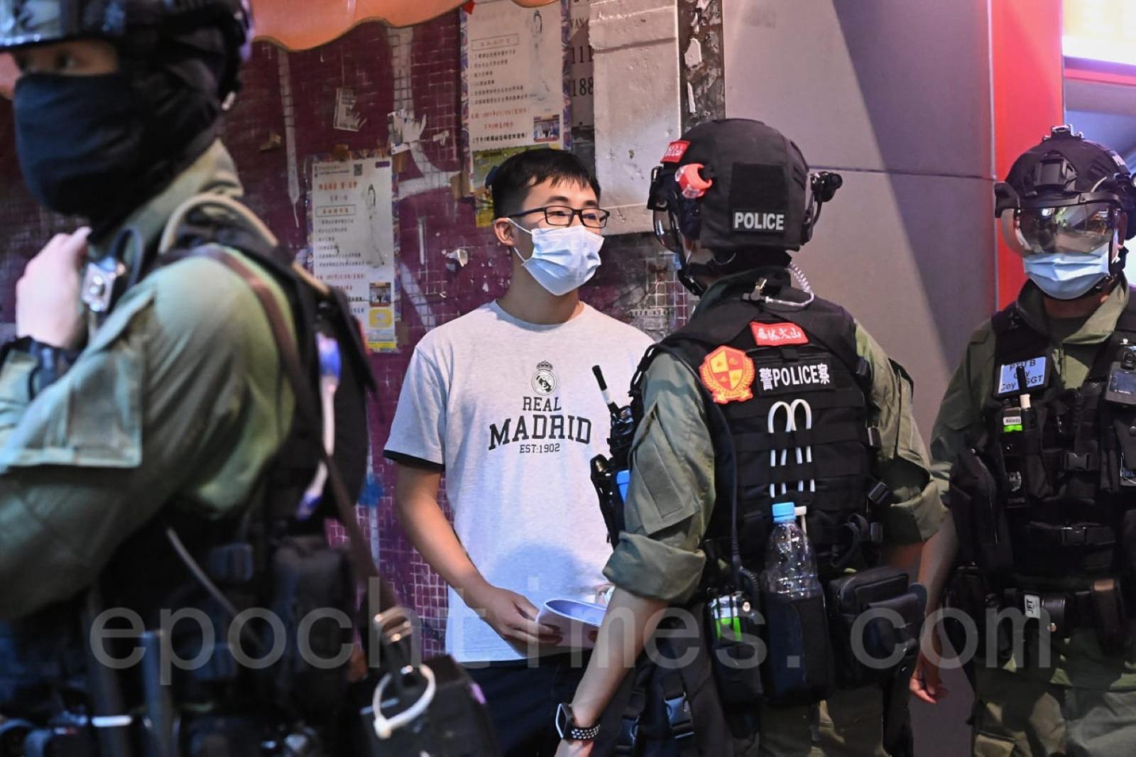 警方截查年輕人。(宋碧龍/大紀元)