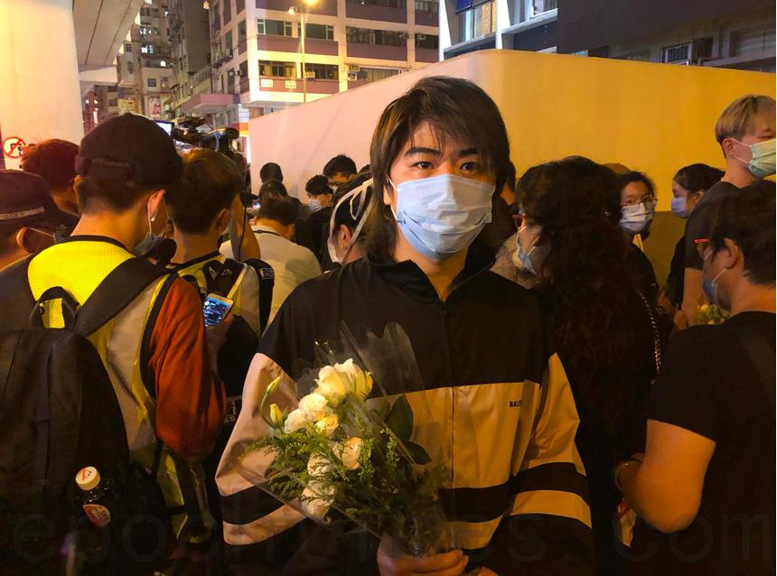8月31日晚,歌手阮民安前往太子站獻花,紀念「831」襲擊事件一周年。(梁珍/大紀元)