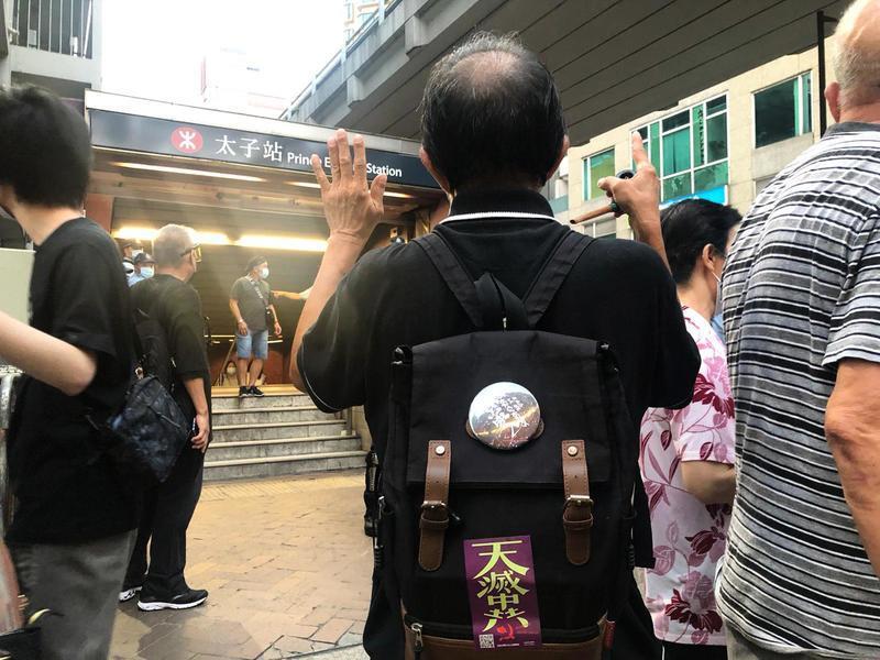 【831太子站】市民排隊拜祭死難者 黃先生:念茲在茲 真相將大白天下