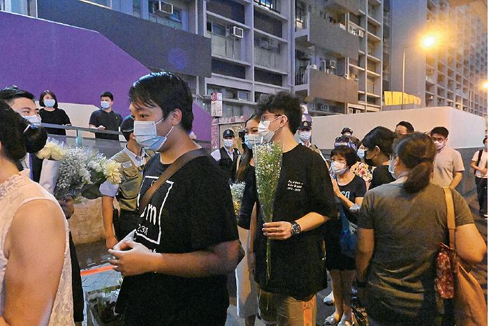 入夜後越來越多市民到太子站獻花,等候獻花的人龍一度排至旺角警署門口。